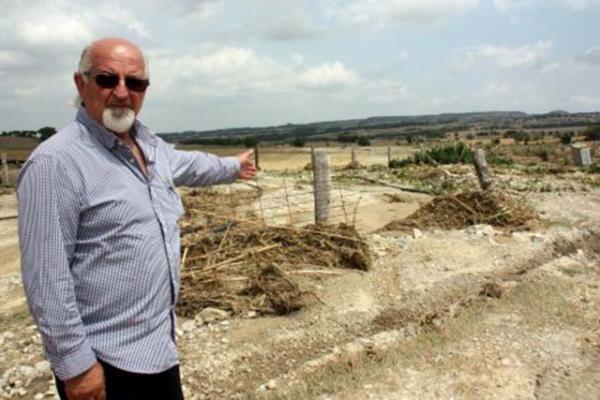 L'alcalde de Talavera, Ramon Trullols, mostra un hort completament arrasat pel pas de l'aigua de la tempesta de dissabte