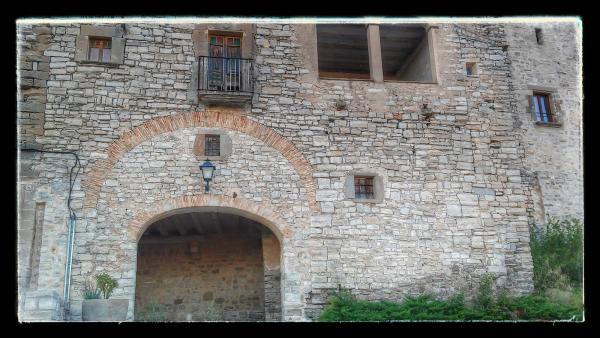 23.08.2014 portal d'accés a la vila-closa  Montfalcó Murallat -  Ramon Sunyer