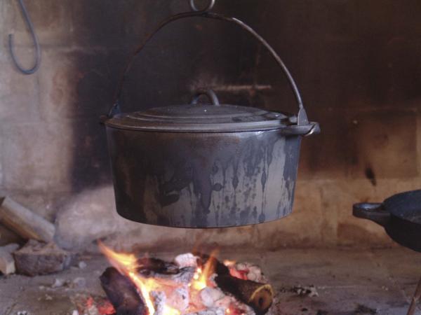 Preparant la tupina al foc a terra -