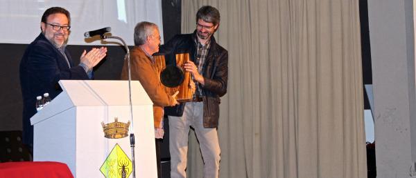 Carles de Ahumada rep de mans d'Albert Turull el Premi Sikarra 2015 en nom de l'Olivera - Concabella