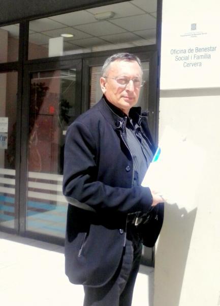 Joan Miquel Camacho, representant de l'Assemblea del Personal de l'Àrea Bàsica de Salut Cervera – la Segarra, amb el plec d'al·legacions -