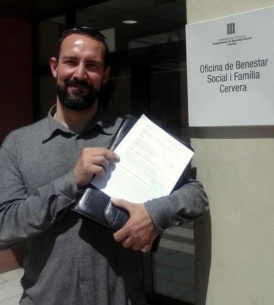 Jaume Moya, secretari del Fòrum l'Espitlera, amb el plec d'al·legacions