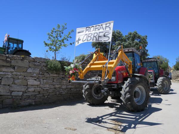 17.05.2015 Desfilada de tractors reivindicant la millora de l'accés al poble  Gra -  Ajuntament de Torrefeta i Florejacs