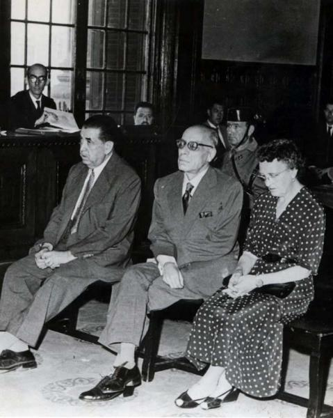 Judici. Asseguts, d'esquerra a dreta Ferran Canyameras, Joan Comorera i Rosa Santacana. A l'estrada, Josep Benet, advocat de Rosa Santacana -