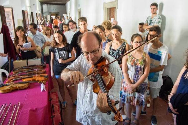 22.07.2015 Tocant el violí ex Menuhin del 1933  Cervera -  Jordi Prat