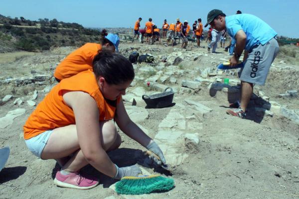 Set joves de l'Associació Alba van participar a l'excavació al jaciment ibèric Pla de les Tenalles