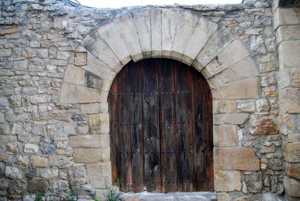 28.08.2015 Detall porta amb arcada  Montoliu de Segarra -  Ramon Sunyer