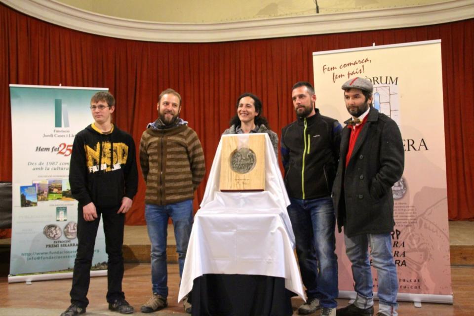 Els membres de la cooperativa La Garbiana amb el Premi Sikarra - Cervera