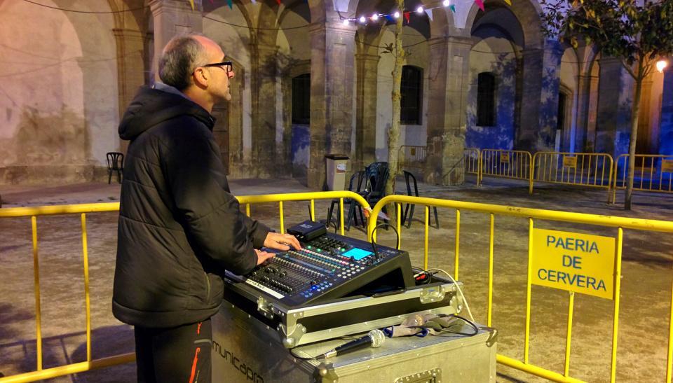30.04.2016 El David, tècnic de so, aguantant la fresca  Cervera -  Ramon Sunyer