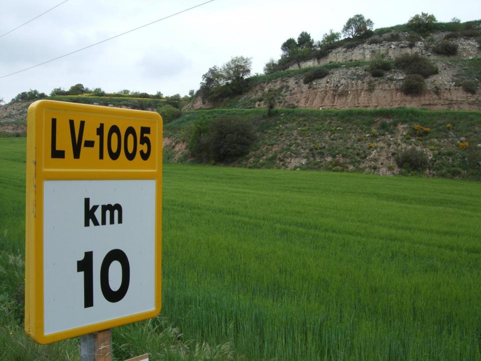 Carretera i zona afectada per l'activitat extractiva de la pedrera a Malacara -