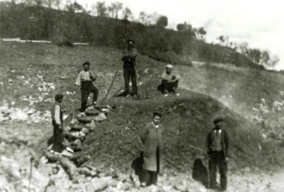 Minaires posant en un munt de carbó -