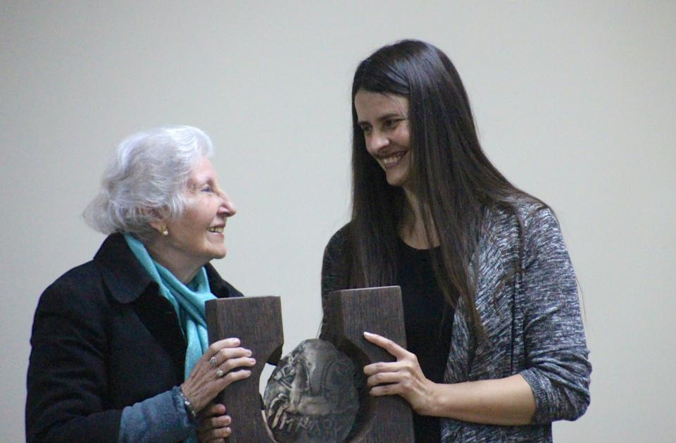 L'escriptora cerverina Rosa Fabregat recull el Premi Sikarra 2017 -
