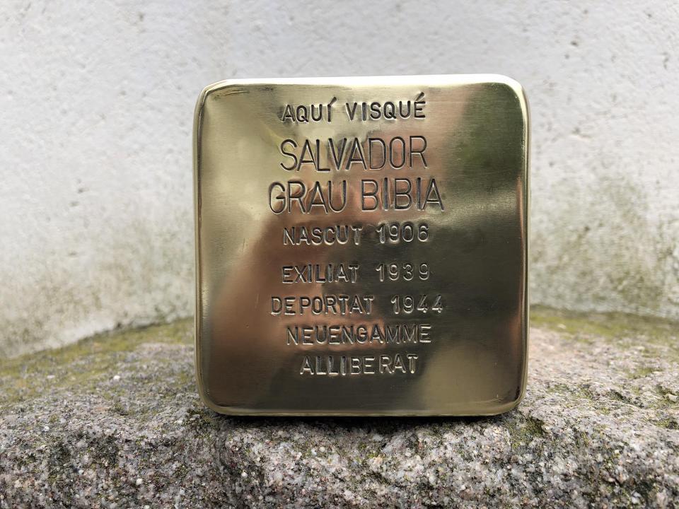 Stolpersteine que es tornarà a instal·lar a Sanaüja en memòria de Salvador Grau Bibià, veí de Sanaüja deportat a Neuengamme