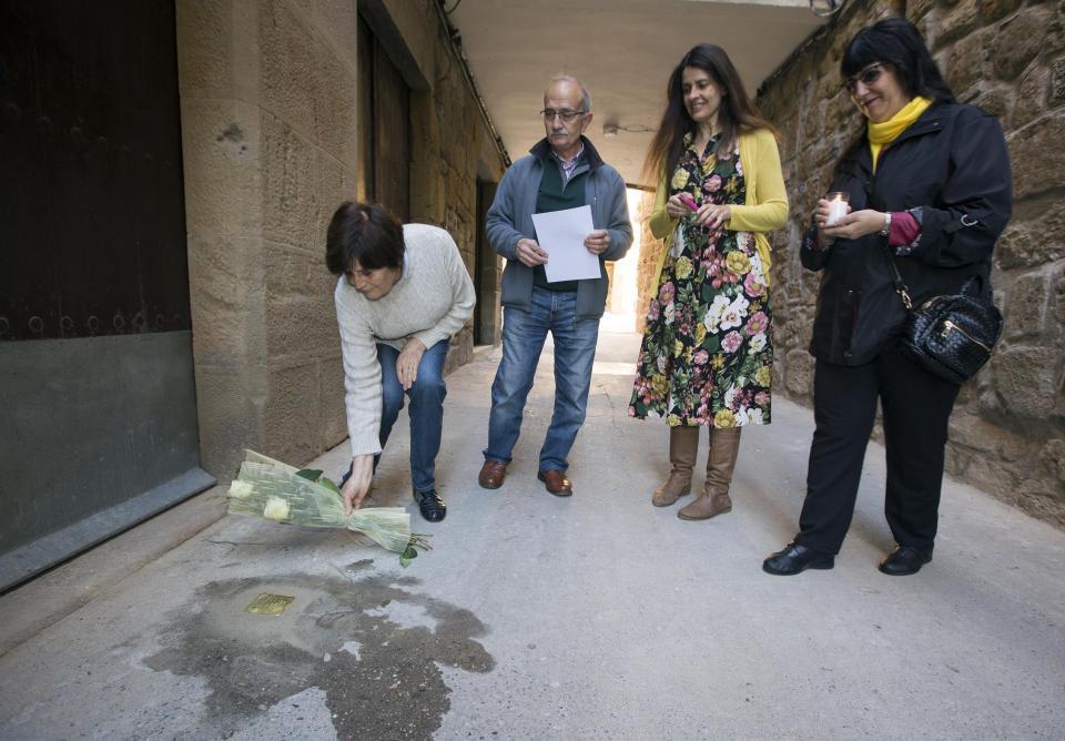 Imatges de l'acte de reposició de la llamborda Stolpersteine en memòria de Salvador Grau a Sanaüja -