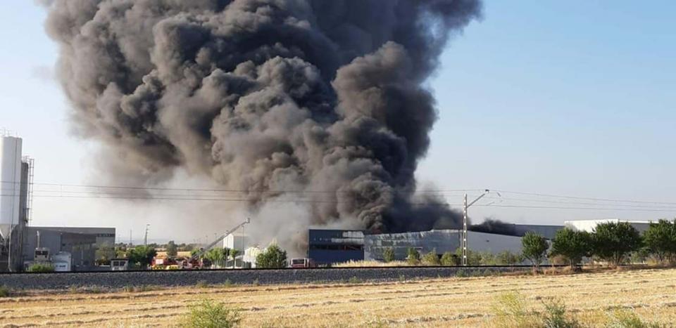 El foc ha calcinat la factoria d'Iberspa, una indústria de fabricació de piscines d'hidromassatge, a Cervera - Cervera