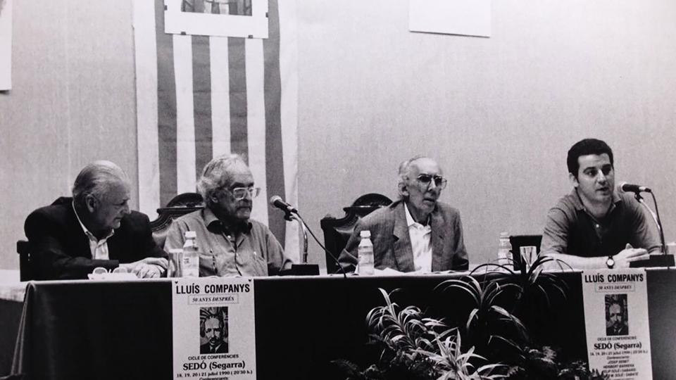 Agustí Marcè Varela i Josep Benet participant en una conferència sobre Lluís Companys a Sedó (juliol-1990) - Cervera