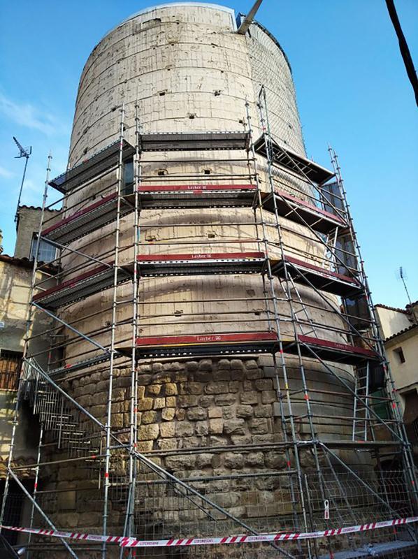 Enretiren el revestiment exterior de la Torre d'Ivorra - Ivorra