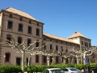 Cervera: 'La Biblioteca Popular està integrada en una edificació que és la seu del Centre Comarcal de Cultura, que acull també el Museu Comarcal i l'Arxiu Històric'...    Avui, la biblioteca té el seu propi edifici.  Giliet de Florejacs