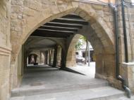 Sanaüja: Detall del porxos de la plaça Major  Pedro Salcedo i Vaz