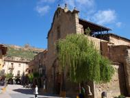 Sanaüja: '...el castell de Sanaüja  (...) com un remat del turó que fa de retaule al poble, acaba d'arrodonir el tipisme de la plaça'   Giliet de Florejacs