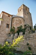 Ribelles: 'Al fons es dibuixa el castell de Ribelles, que vol ser vist de tot arreu, amb un gest inútil d'autoritat, que ja ha perdut'   Giliet de Florejacs