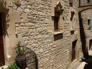 Vallfogona de Riucorb: (A Vallfogona) 's'hi veuen  portes i finestres del segle XVII, molt boniques'  Giliet de Florejacs
