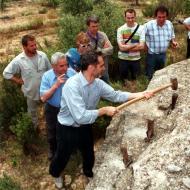 En Josep Mora durant una activitat de pica-pedrer amb els Amics de l'Arquitectura Popular