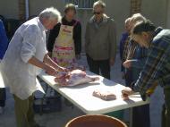 Ribera d'Ondara: 1a Festa del Porc a la Vall d'Ondara, preparant el pernil  CC Segarra