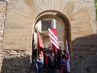 Alta-riba: Arribant a Santa Fe i creuant l'arc de l'antiga muralla per anar a buscar la relíquia de Sant Jordi d'Alta-riba  AACSMA
