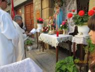 Sanaüja: Mossén Carles beneïnt l'altar del C. Bassal el dia de Corpus  germanes Huguet