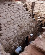 Els Prats de Rei: Vistes de la muralla descoberta a Prats de Rei que data dels segles VI i VII aC  Mar Martí