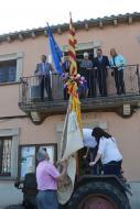 Sant Ramon: Col·locant la bandera dels traginers al tractor més antic,  CC Segarra