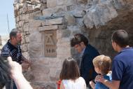 Alta-riba: V Festum Castrum - Descobriment de la primera pedra pel Sr. Domènec Altarriba, picapedrer i autor de l'obra - 2  Miquel Torres