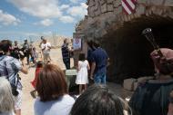 Alta-riba: V Festum Castrum - Descobriment de la primera pedra pel Sr. Domènec Altarriba, picapedrer i autor de l'obra.  Miquel Torres