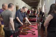 els lutiers mostren els seus instruments als passadissos de la Universitat de Cervera