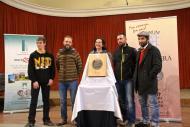 Els membres de la cooperativa La Garbiana amb el Premi Sikarra