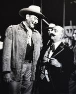 Cervera: Claudi Gómez amb John Wayne a la pel·lícula 'El fabuloso mundo del circo'   Ramon Sunyer