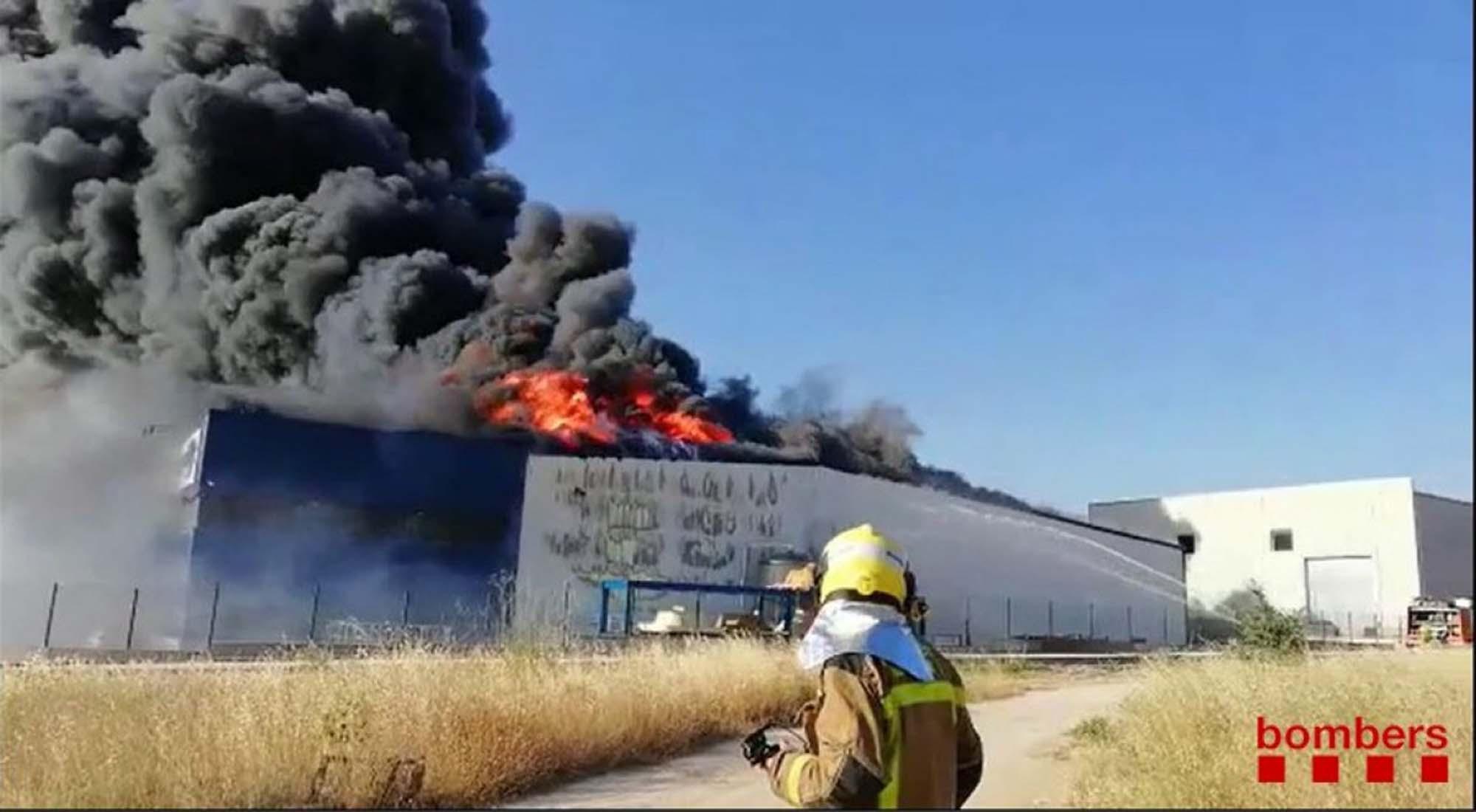 Un virulent incendi crema una fàbrica a Cervera